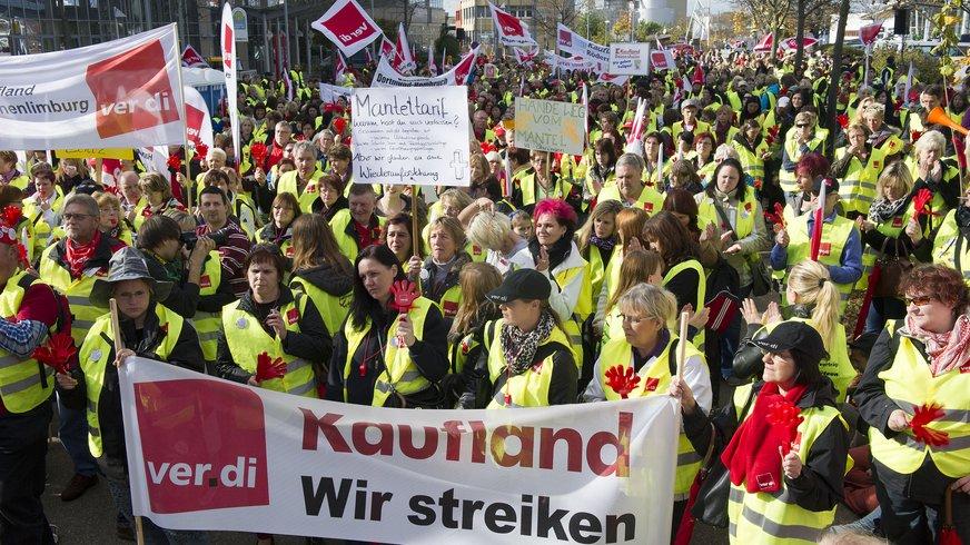 30.10.2013: 2500 Streikende vor der Kauflandzentrale in Neckarsulm