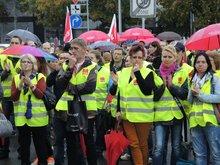 26.9.2013  –  400 Streikende vor dem Verhandlungslokal in Asperg
