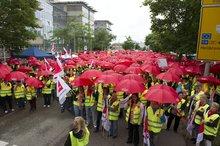 27.6.2013: Rote Schirme vor der Kaufland-Zentrale in Neckarsulm