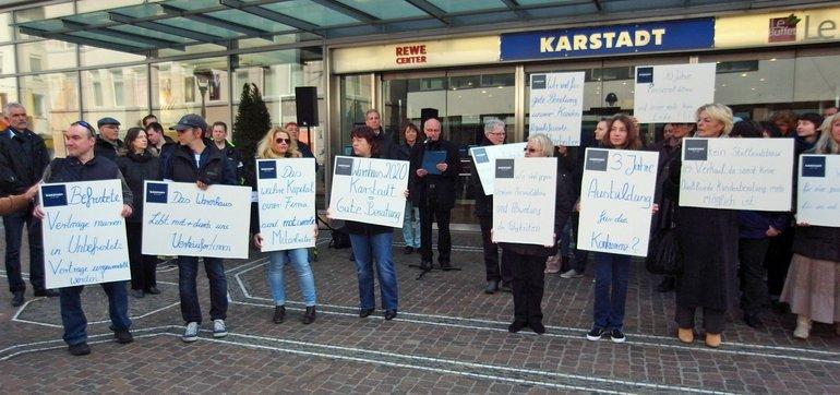 Freiburger Karstadt-Beschäftigte demonstrieren gegen Stellenabbau